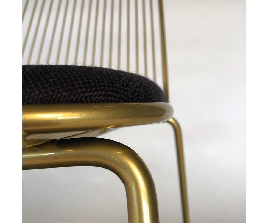 Chaise design en métal avec coussin MINA
